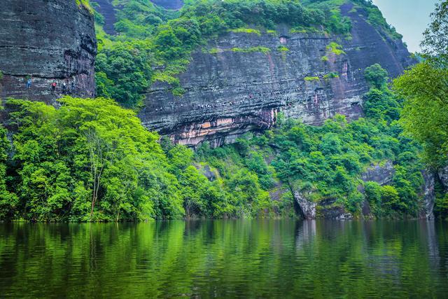 五一假期江西一景区惊现奇景!众多游客被挂在岩壁上!