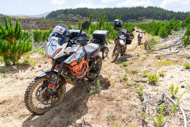 掌握越野冒险摩托车骑行的5个简单姿势,通过各种戈壁、丛林路况